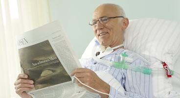 Patient of the REMEO center in Münnerstadt reading a newspaper